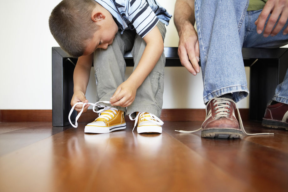 Картинки по запросу папа зашнуровывает шнурки сыну